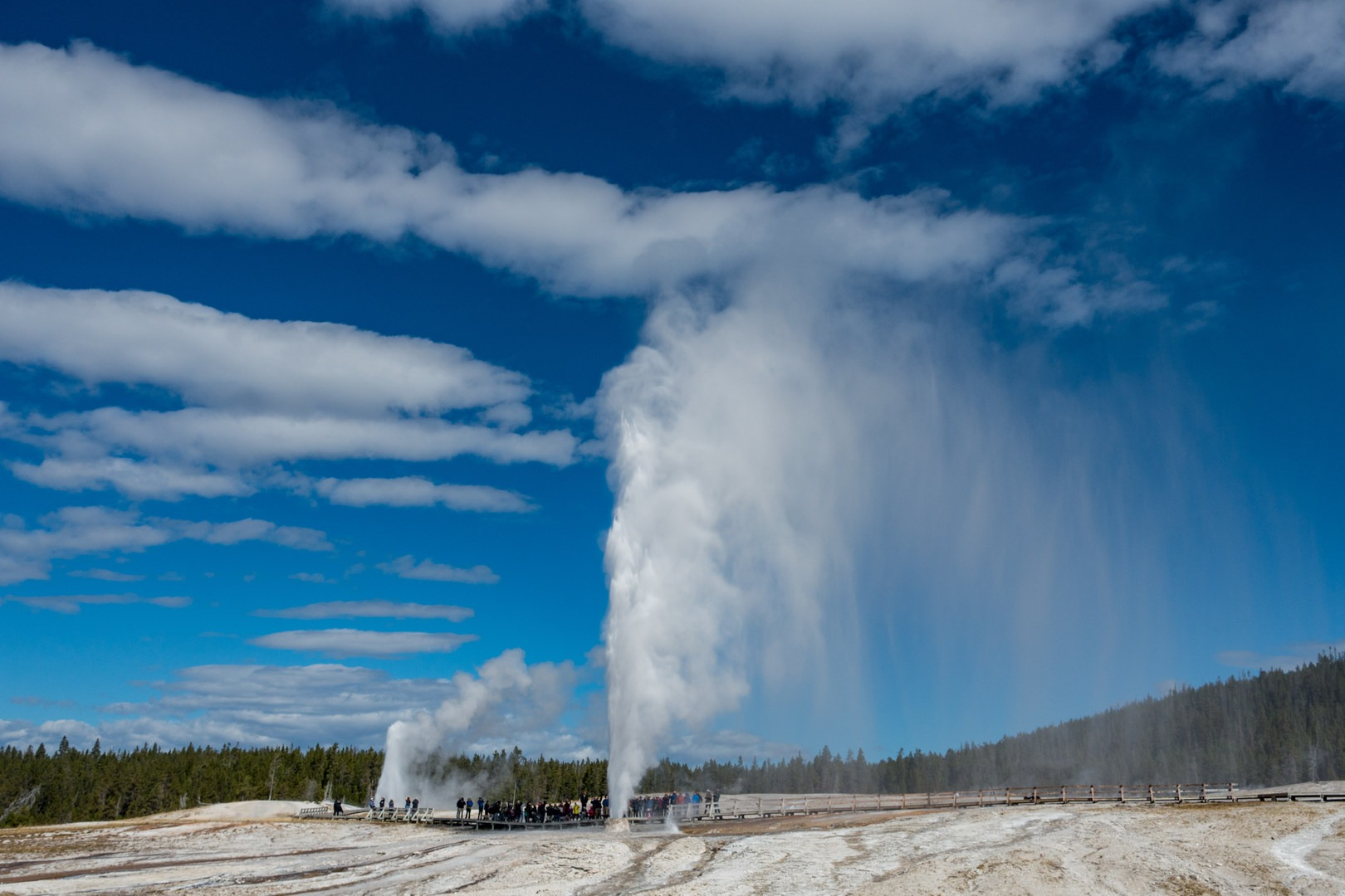 guide to the geysers + hydrothermal features of yellowstone national