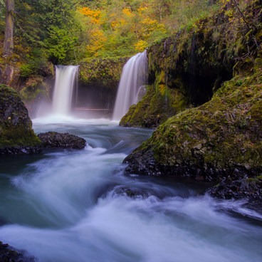 Autumn colors provide some excellent contras to the bright blue waters- Spirit Falls Hike