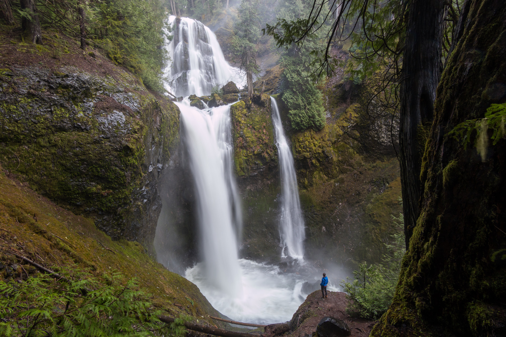 waterfalls on the washington side of the columbia river