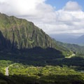 View of O'ahu's Ko'olau Range and the H3 highway from the Nu'uanu Pali Lookout.- Nu'uanu Pali Lookout