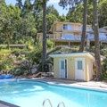 Rae Leigh Heights Bed and Breakfast pool and main house.- Rae Leigh Heights Bed + Breakfast