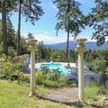 Rae Leigh Heights Bed and Breakfast pool with a view.- Rae Leigh Heights Bed + Breakfast