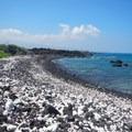 Akaku Kaimu Bay's coastline is an interesting mix of black lava rock and white coral.- Akahu Kaimu Bay / Lone Palm Pond